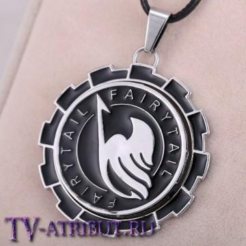 Кулон с символом гильдии и надписью Fairy Tail