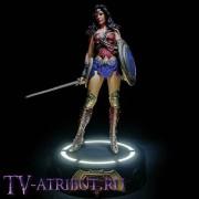 Фигурка Чудо-Женщины на светящейся подставке (22 см)