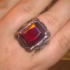 32 Кольцо с крупным красным цирконом