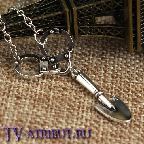 Кулон с подвесками в виде наручников и лопаты